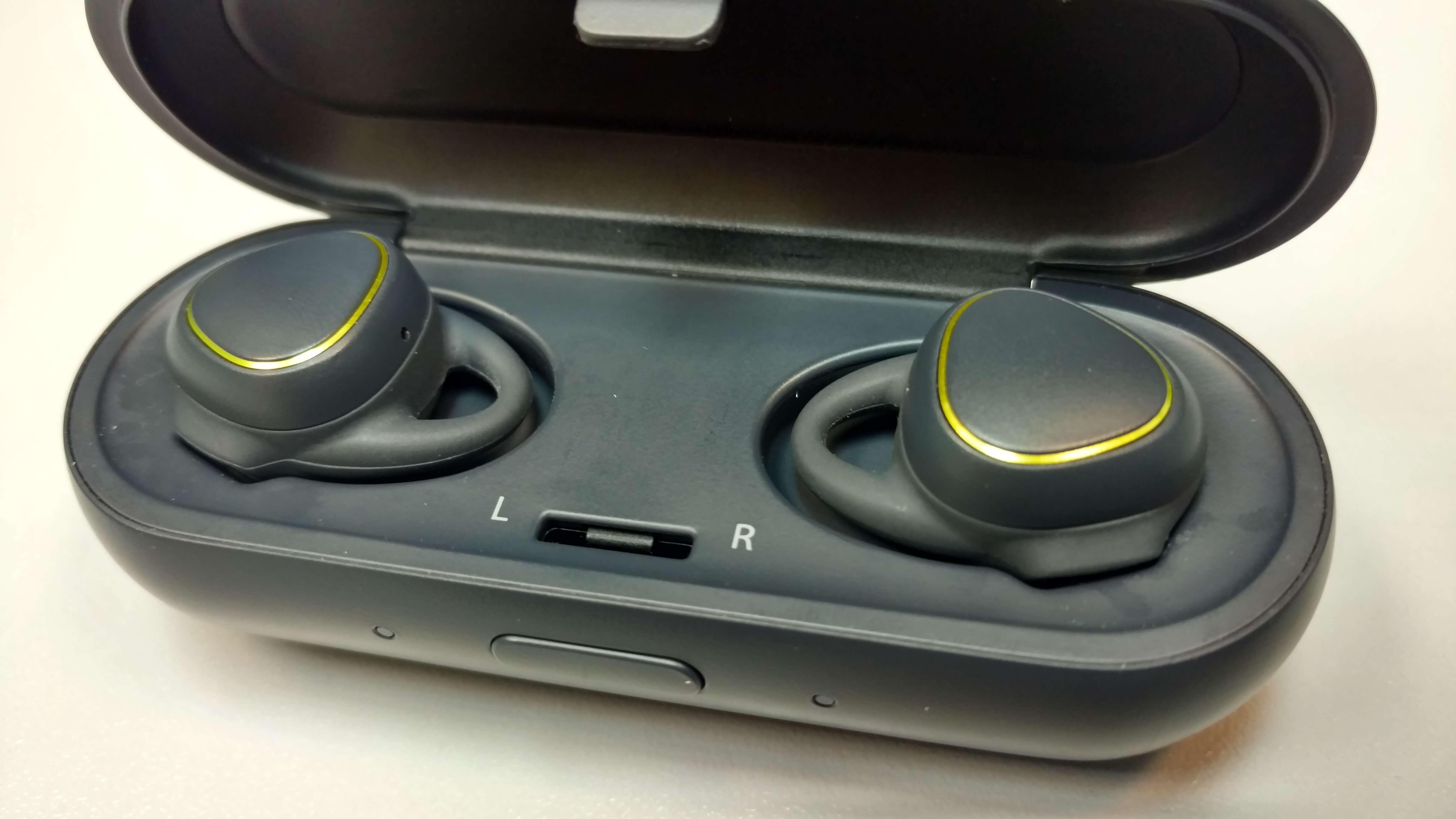 אוזניות האייקון איקס בתוך המנשא