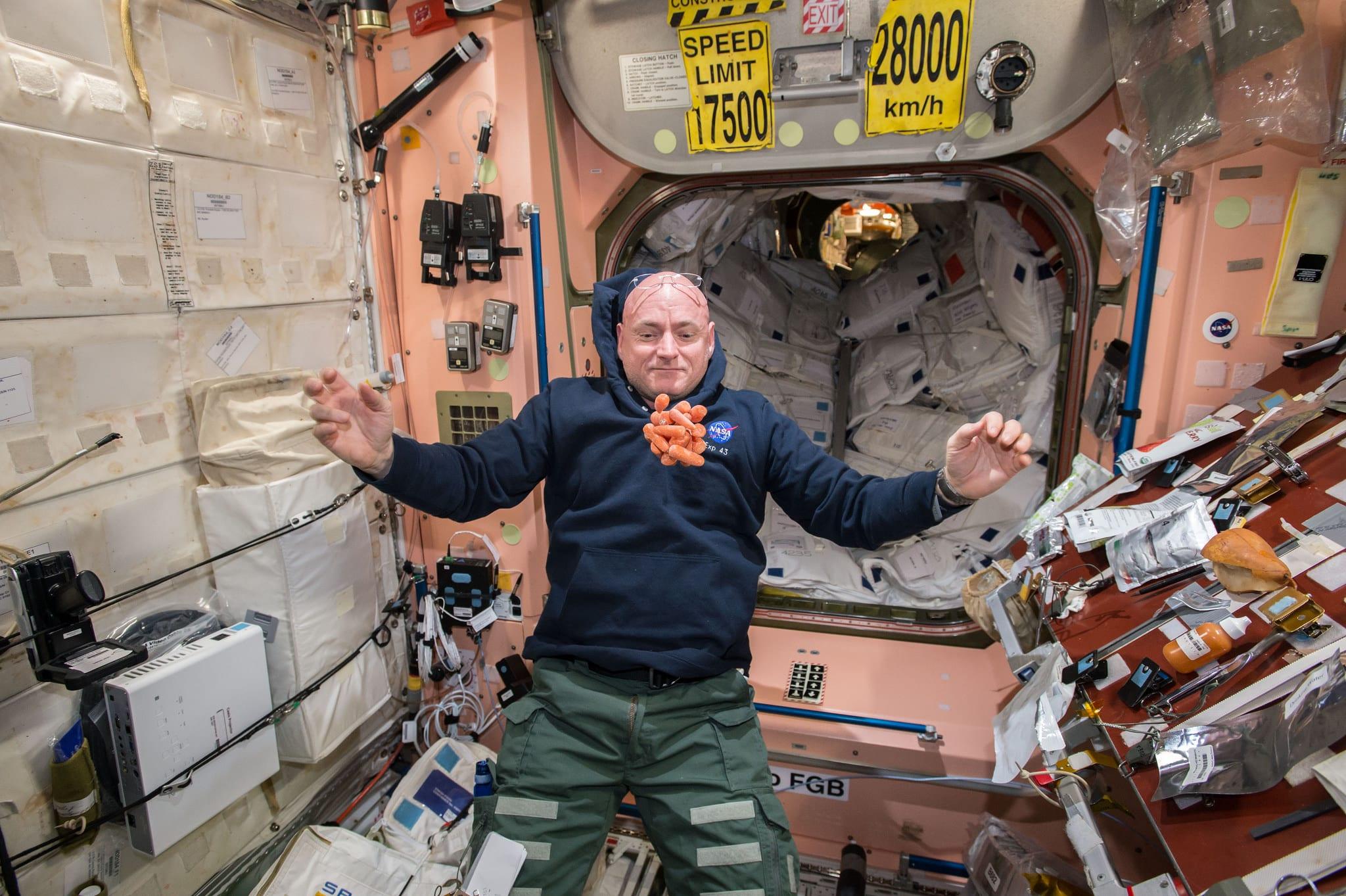 """ואל תשכחו לאכול את הגזרים שלכם. סקוט קלי וחטיפים בתחנת החלל הבינ""""ל (צילום: באדיבות נאס""""א)"""
