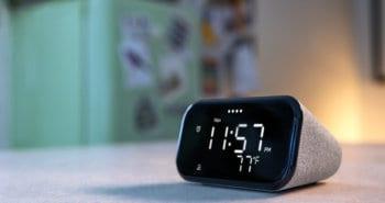 שעון מעורר חכם Lenovo Smart Clock Essential על שולחן