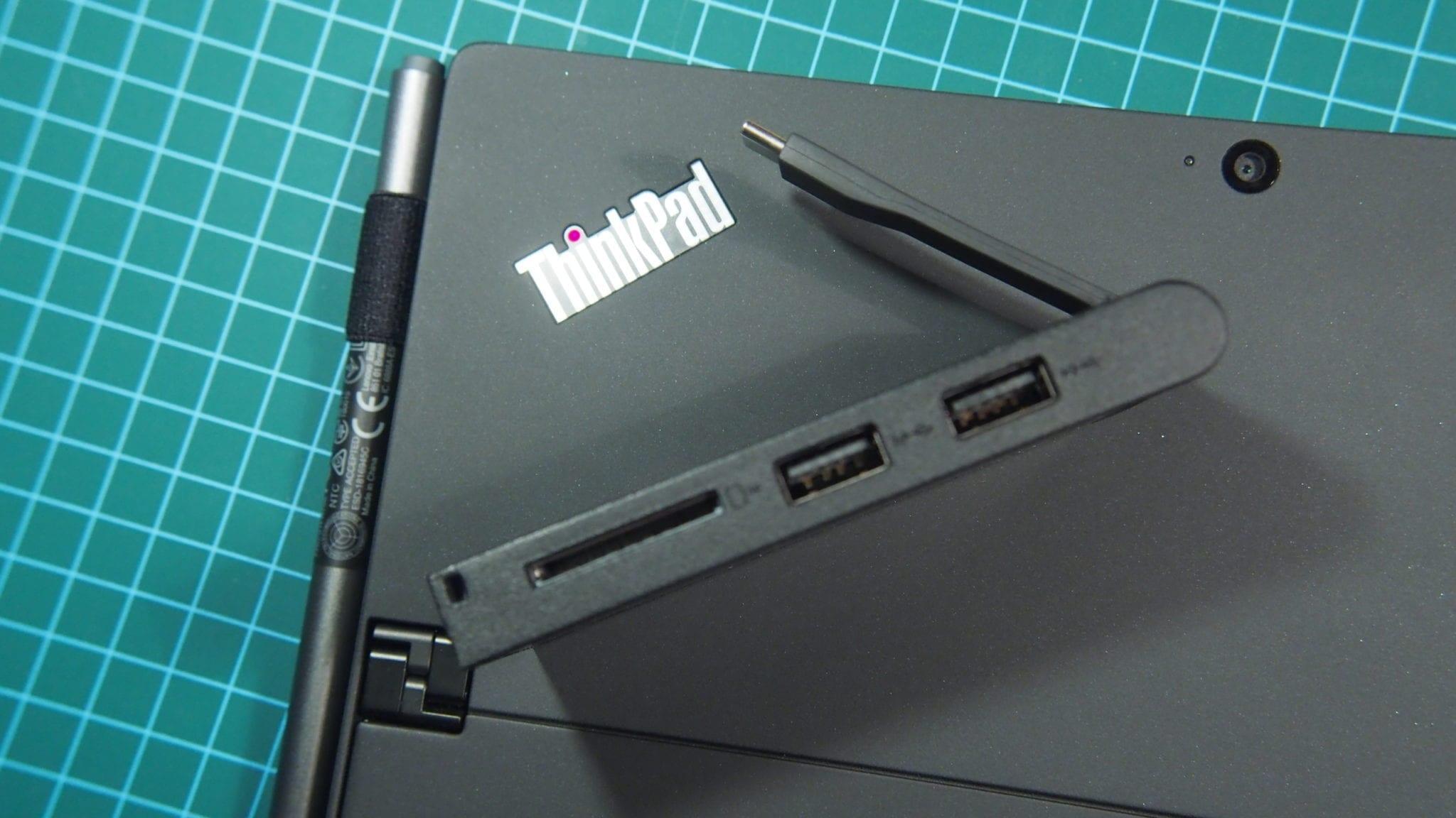 הרכזת שבאה עם היא קטנה וחמודה בגודל של שתי חפיסות מסטיק ארוך, אבל עם כמות מכובדת של שקעים: שני שקעי USB 3.1 מסורתיים, שקע HDMI, קוראי כרטיסים ל-SD ומיקרו-SD (בנפרד), ואפילו שקע USB-C עם טעינה חולפת, מה שאומר שתוכלו לטעון את המחשב גם אם שקע ה-USB-C השני תפוס מסיבה כזו או אחרת. יפה מאוד.