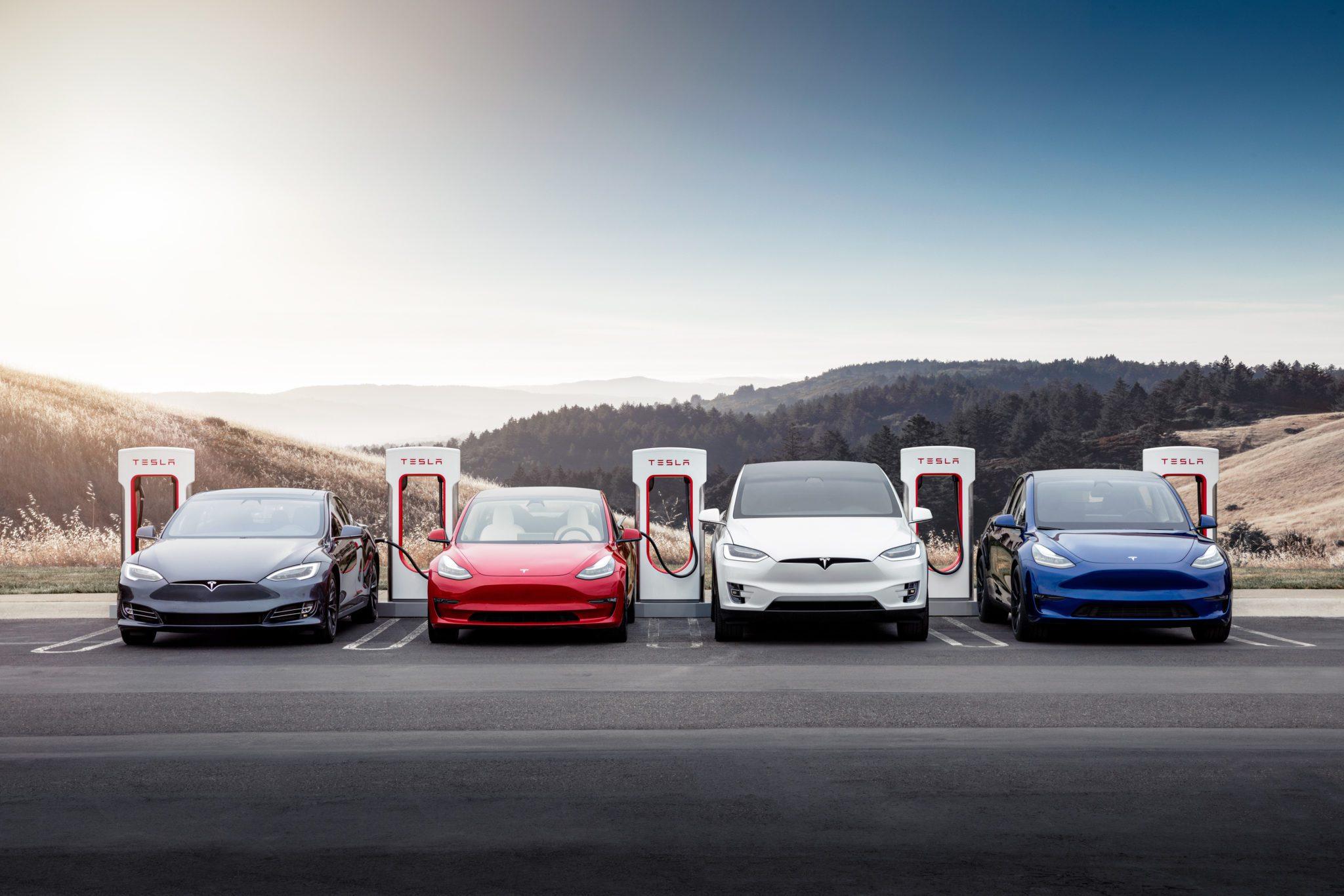 מכוניות טסלה בעמדות Supercharger